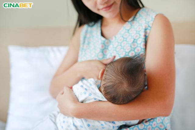Sữa mẹ có kháng thể tự nhiên giúp con khỏe mạnh