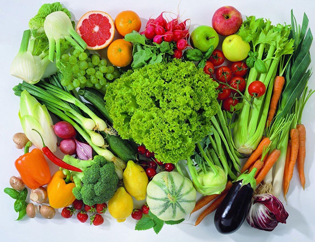 Rau xanh và hoa quả tươi giúp giảm mỡ máu